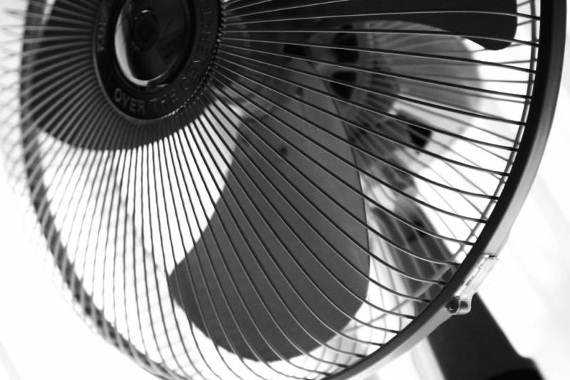 Comprar ventilador de coluna, mesa, teto e parede, é uma boa ideia para aliviar o verão