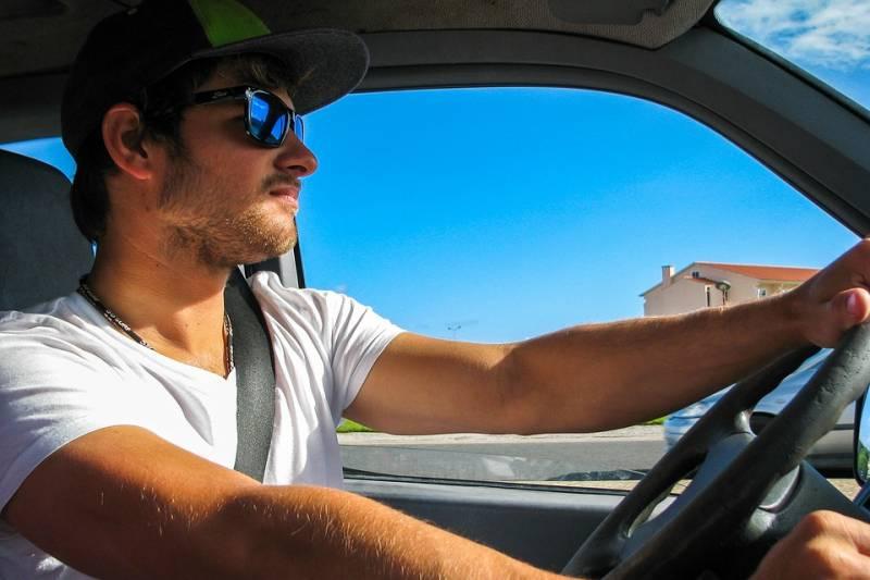 Como usar a embreagem corretamente com o freio ou na subida