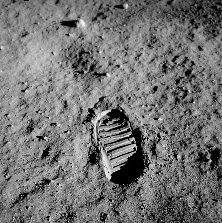 Pegada de Aldrin na superfície da Lua, parte de um experimento sobre as propriedades do regolito lunar