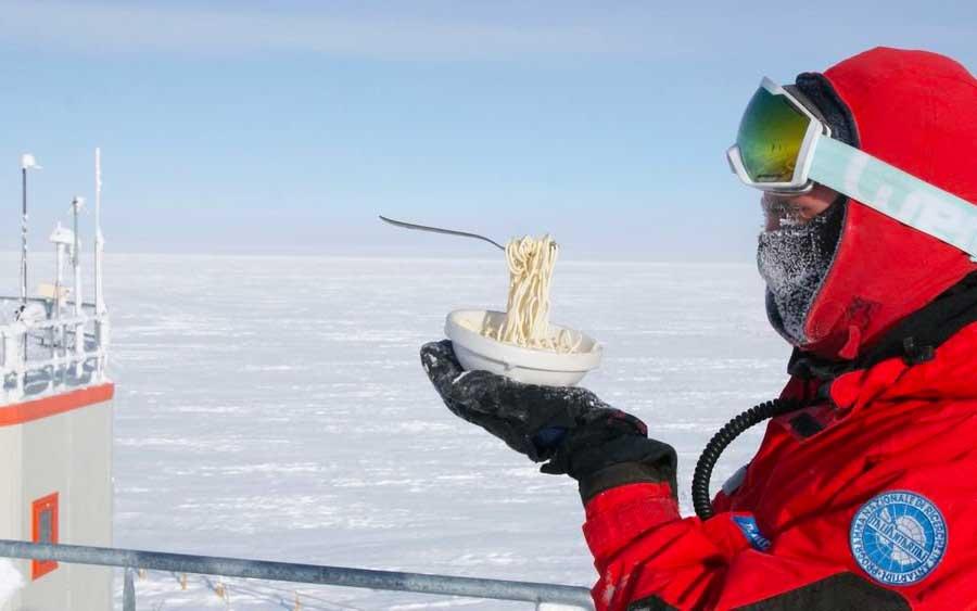 Não é fácil preparar comida na Antártida e estas fotos revelam isso