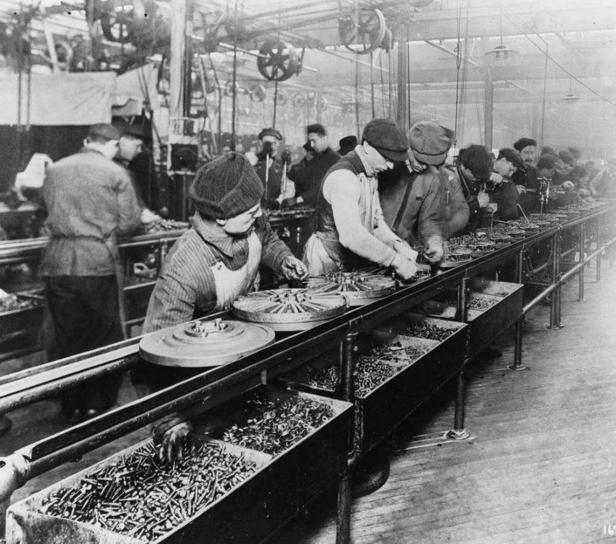 Linha de produção da Ford em 1913.