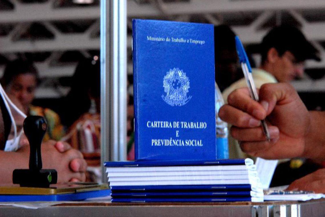 Carteira de Trabalho (foto: Marcello Casal/Agência Brasil)