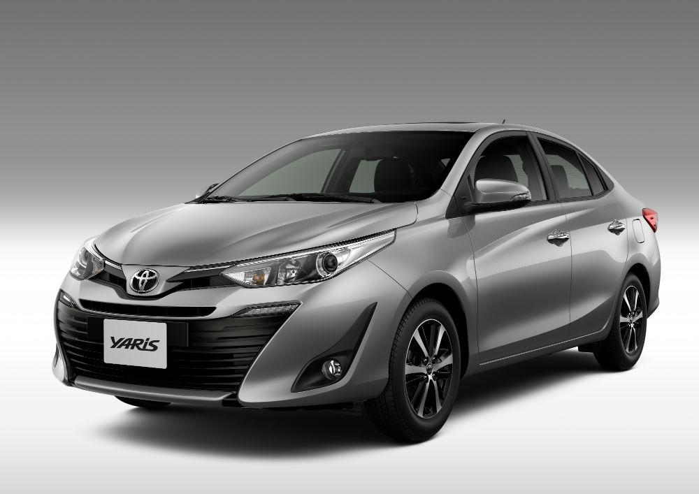 Toyota Yaris 2020 - Versão topo de linha XLS oferece teto solar, sensor de chuva, faróis projetores com lâmpadas halógenas, lanternas em LED e sete airbags