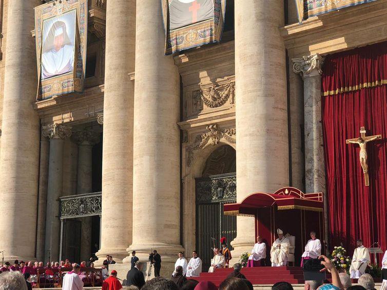 O Vice-presidente, general Hamilton Mourão e a esposa, Paula Mourão, participam da cerimônia de canonização de Irmã Dulce na Santa Sé, no Vaticano - Twitter / vice-presidente Hamilton Mourão