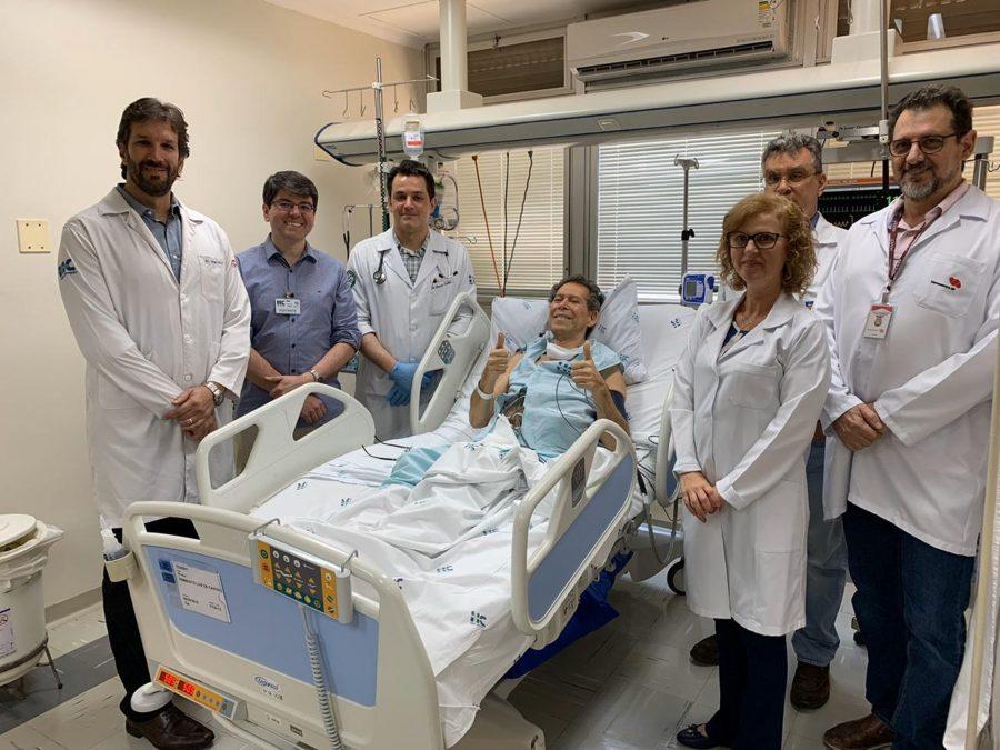 Equipe médica que atendeu ao aposentado Vamberto Luiz de Castro no Hospital das Clínicas de Ribeirão Preto (Foto: Divulgação/HCFMRP/Divulgação)