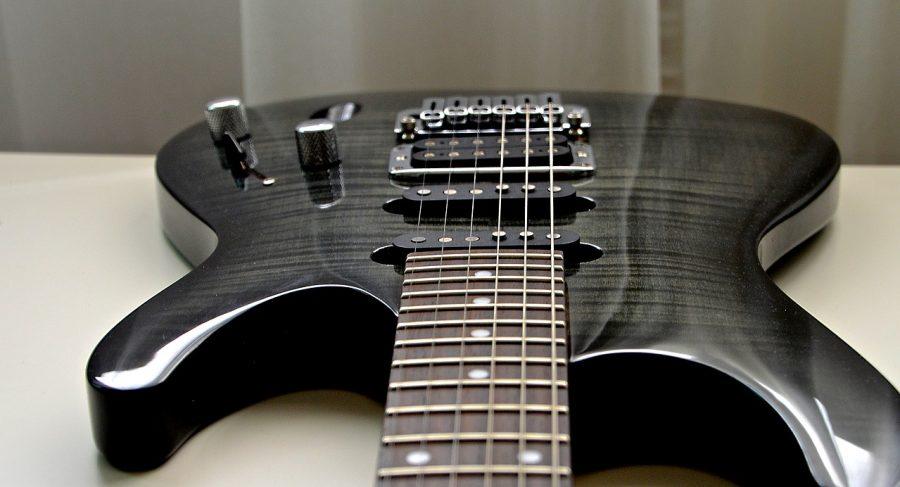O som de uma guitarra pode caracterizá-la como um instrumento harmônico ou melódico