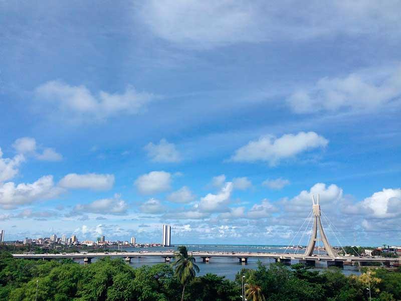 Entre os pontos turístico de Recife encontramos praias, restaurantes e várias opções para um pacote de viagem