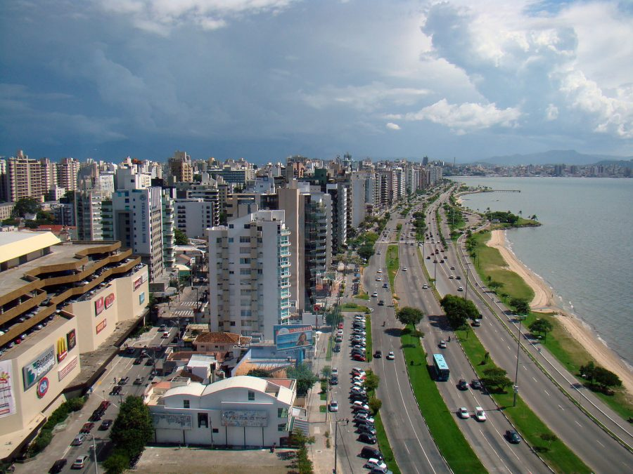 A Avenida Beira Mar Norte é uma avenida de Florianópolis. Localiza-se na região central da cidade, no bairro Centro, entre a parte inferior da Ponte Hercílio Luz e o viaduto de acesso ao Norte da Ilha (foto: Rodrigo Soldon / Wikimedia)