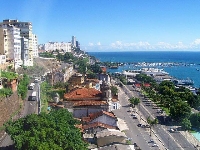 Imagem da Ladeira da Montanha (esquerda) ao lado da Avenida Contorno (direita), evidenciando a escarpa que divide Salvador em Cidade Alta e Baixa (foto: Karla Vidal / Wikimedia)