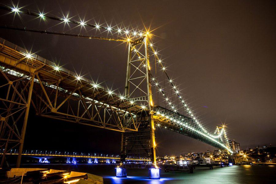 Fotografia da Ponte Hercílio Luz localizada em Florianópolis - Santa Catarina (foto: FREITASFOTOS / Wikimedia)
