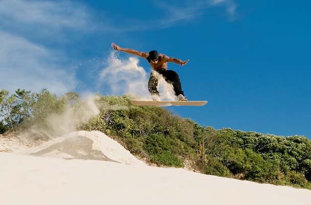 Praticante de sandboard em uma das dunas do município (foto; Raphael Koerich / wikimedia)