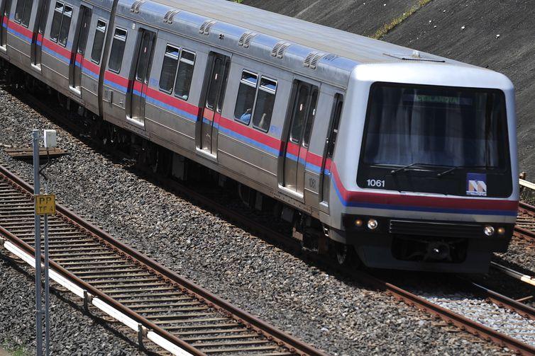 Segundo o estudo, uma composição de metrô elimina 800 automóveis das vias públicas - Antonio Cruz/Agência Brasil