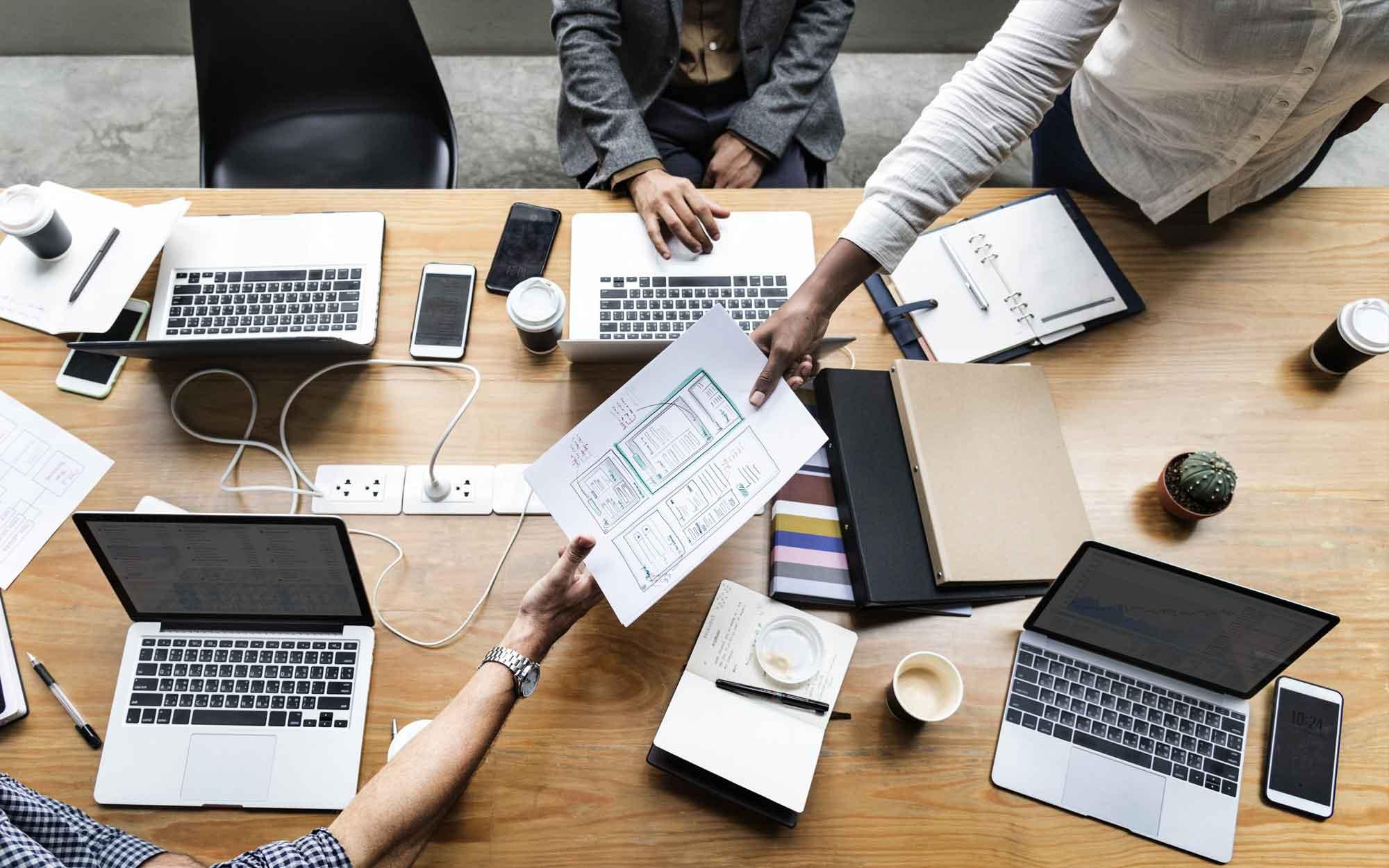 Quem tem poder no ambiente de trabalho, talvez um CEO ou um tipo de líder sênior, vai sentir um desconforto com o poder sendo desafiado