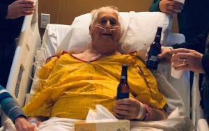 Homem com doença terminal escolhe passar seus últimos momentos tomando cerveja com os filhos