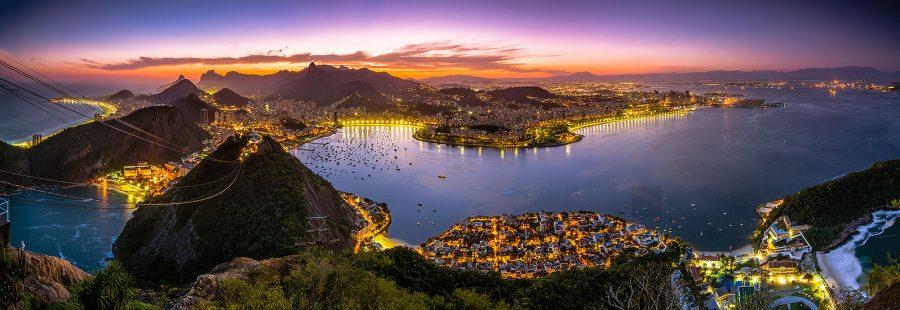 O Pão de Açúcar é um dos cartões postais mais conhecidos do Rio de Janeiro. Ele é, na verdade, um parque turístico que envolve duas montanhas – o morro da Urca e o próprio Pão de Açúcar - e dois teleféricos que fazem o trajeto entre a praia Vermelha e os dois morros. Esse maravilhoso ponto turístico está localizado na Urca, um bairro tranquilo e seguro do Rio de Janeiro. A vista do alto do Pão de Açúcar é uma das mais belas que os turistas podem ver no Rio, como a enseada de Botafogo, a baía de Guanabara, a praia de Copacabana, a pedra da Gávea, o Cristo Redentor, a Floresta da Tijuca e o Aeroporto Santos Dumont (foto: Carlos André Viana / Wikimedia)