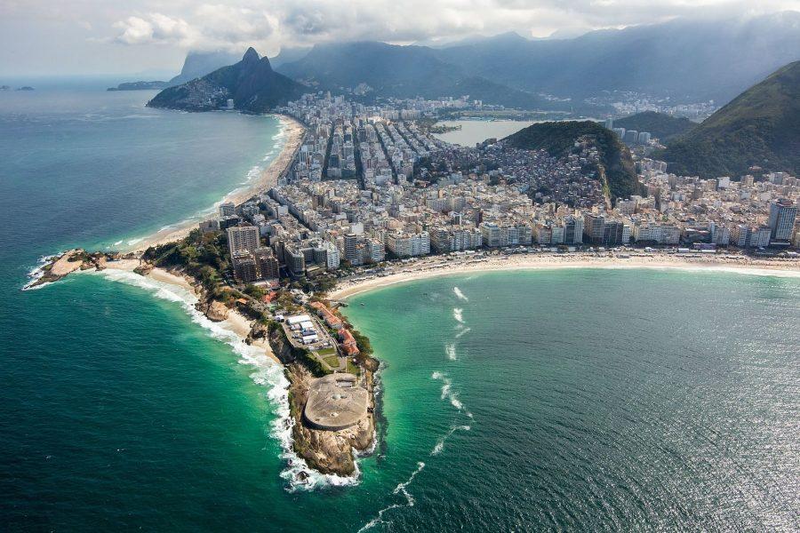 Visão geral da orla da Zona Sul. Na Praia de Copacabana, ao fundo, serão disputadas as provas de maratonas aquáticas e triatlo, além do vôlei de praia e da largada do ciclismo de estrada. Foto: Gabriel Heusi/Brasil2016.gov.br
