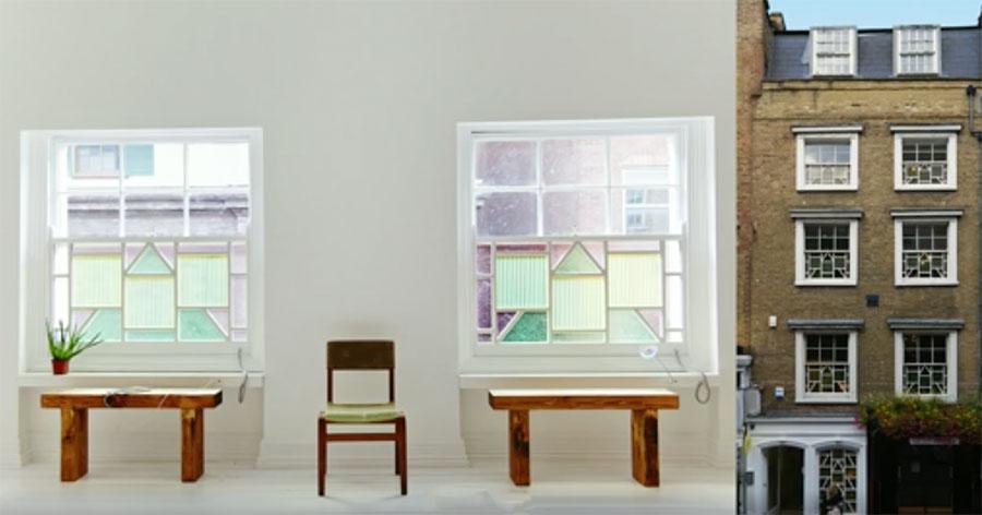 A designer solar Marjan van Aubel mostra como está transformando objetos comuns, como tampos de mesas e vitrais, em elegantes células solares, e compartilha sua visão de transformar toda e qualquer superfície numa central elétrica.