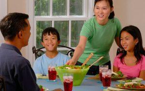 Como ensinar política usando o jantar em família