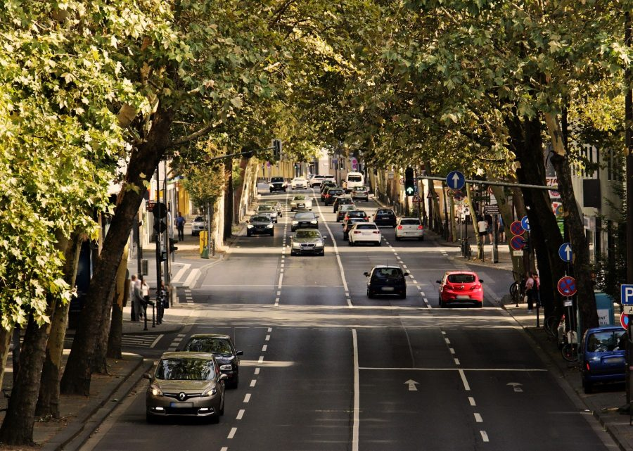 Está tarde, escuro como breu e um carro autônomo segue por uma estrada estreita. De repente, surgem três perigos ao mesmo tempo. Sem um ser humano ao volante, o carro usa olhos inteligentes, sensores que resolverão esses detalhes em uma fração de segundo. Como isso é possível?