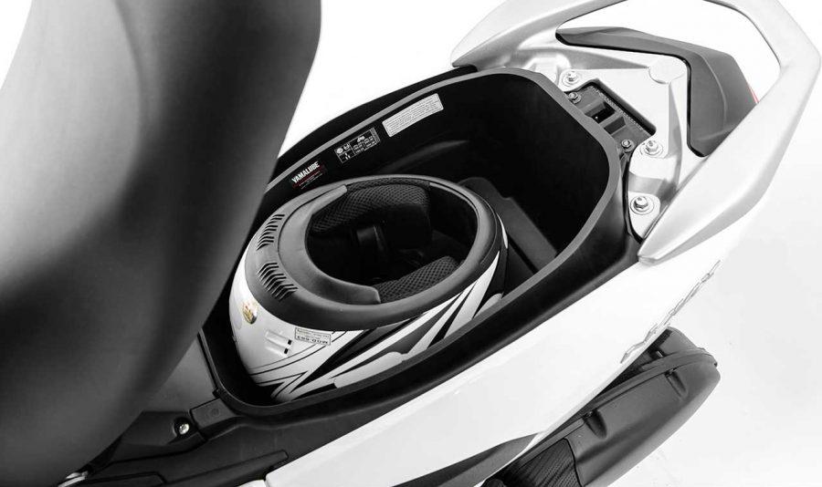 Com capacidade para 25 litros, ele é capaz de abrigar um capacete integral e outros pequenos pertences ou tudo que você quiser levar, desde pequenas compras de supermercado até bagagem para pequenas viagens.