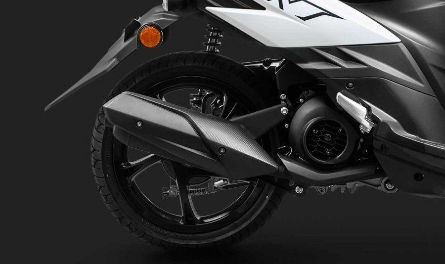 A NEO 150 possui rodas de grande diâmetro, com 15 polegadas