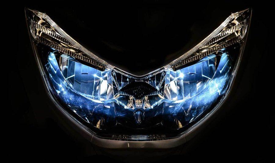 No NMAX, o estilo esportivo é reforçado pelos faróis em LED, que além de apresentar um visual moderno, se destaca pela elevada capacidade de iluminação, tornando mais segura a condução noturna.
