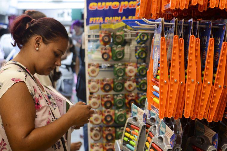 Venda a varejo de material escolar em lojas da 25 de Março, São Paulo - Rovena Rosa/Agência Brasil