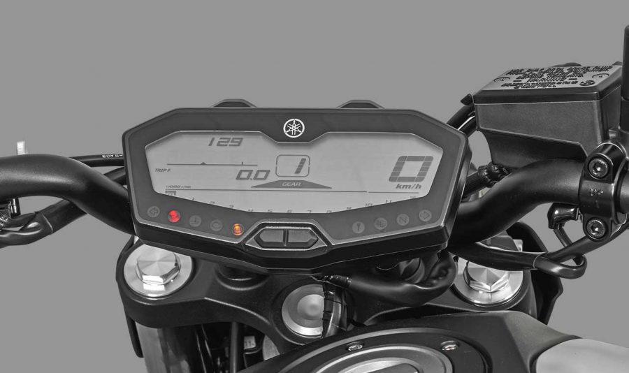 Ele conta com relógio, indicadores de marcha e combustível, hodômetro total e parcial, consumo médio e instantâneo, F-Trip (hodômetro parcial de reserva de combustível), temperatura do líquido de arrefecimento e temperatura do ar de admissão.