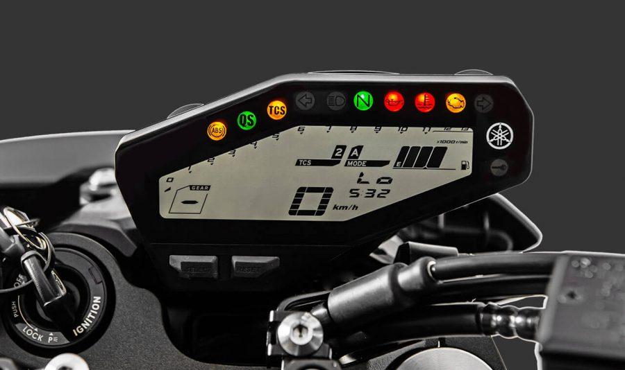 """O painel 100% digital e completo que indica todas as informações necessárias para o monitoramento da motocicleta e da pilotagem. Contém indicadores de marcha e combustível, posição do D-mode, conta giros, odômetro total e parcial, média de consumo, consumo de combustível instantâneo, contagem regressiva de Km em """"reserva"""", temperatura da água do radiador e temperatura do ar de admissão, luzes de checagem do Quickshifter (QS) e do Controle de Tração (TCS) e mostrador que indica se o Controle de Tração está desligado e o nível selecionado."""