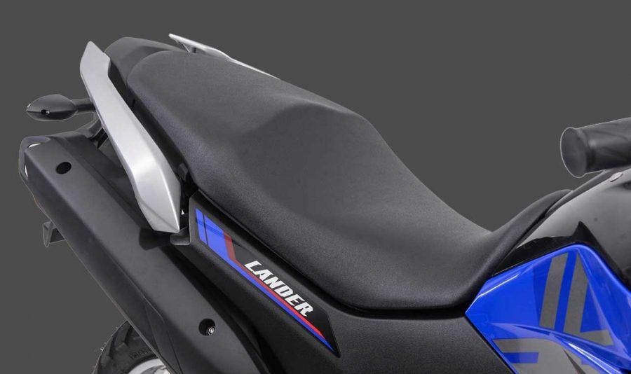 Seu banco é amplo, largo e ergonômico, capaz de promover um melhor encaixe do condutor a motocicleta e mais eficiência na acomodação do garupa, que ainda conta com alças de apoio em alumínio.