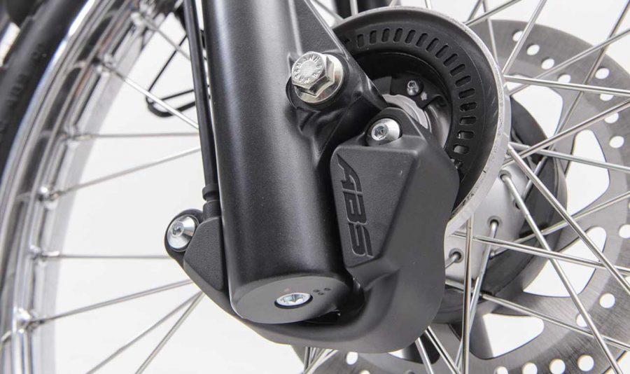 A Lander 250 é equipada com sistema ABS na roda dianteira, recurso fundamental quando se fala em segurança. Ele é responsável por impedir que a roda trave em condições de baixa aderência do piso, como em dias chuvosos ou mesmo frente a frenagens bruscas de emergência.