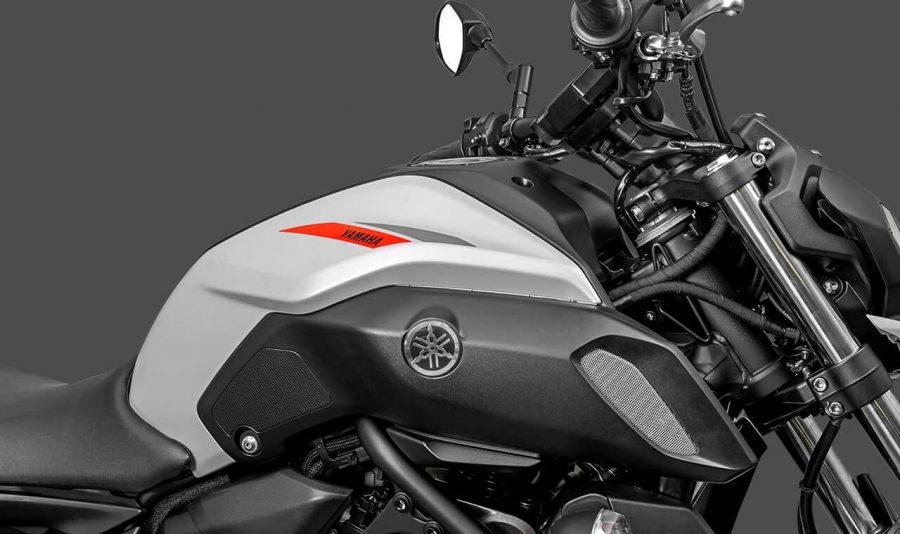 A nova MT-07 tem um design irresistível. Ele é capaz de traduzir todo o arrojo e impetuosidade característicos do modelo através das linhas presentes em suas carenagens, tanque, para-lama dianteiro, farol, lanterna e rodas.