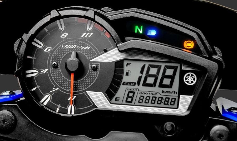 O painel da Crosser Z é o mais completo da categoria, possui contas giros analógico e visor LCD digital, indicador de marcha e marcador de combustível, relógio, velocímetro, fuel trip, relógio hodômetro parcial e total. Além da função ECO, que auxilia na pilotagem focada na economia de combustível.