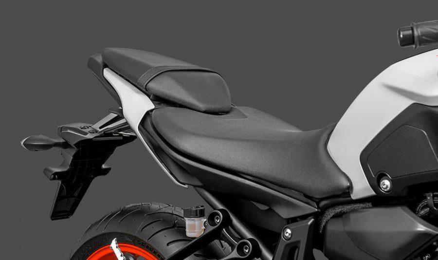 Ela é equipada com um amortecedor traseiro dotado de ajuste de retorno hidráulico, além das 9 regulagens de compreensão da mola que permitem ajustar a moto a condição do piso, peso do piloto e também à sua forma de pilotar.