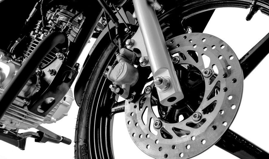 A nova FACTOR 125i vem equipada com freios UBS, rodas de alumínio e pneus sem câmara de série. Mais qualidade, design, segurança e praticidade.