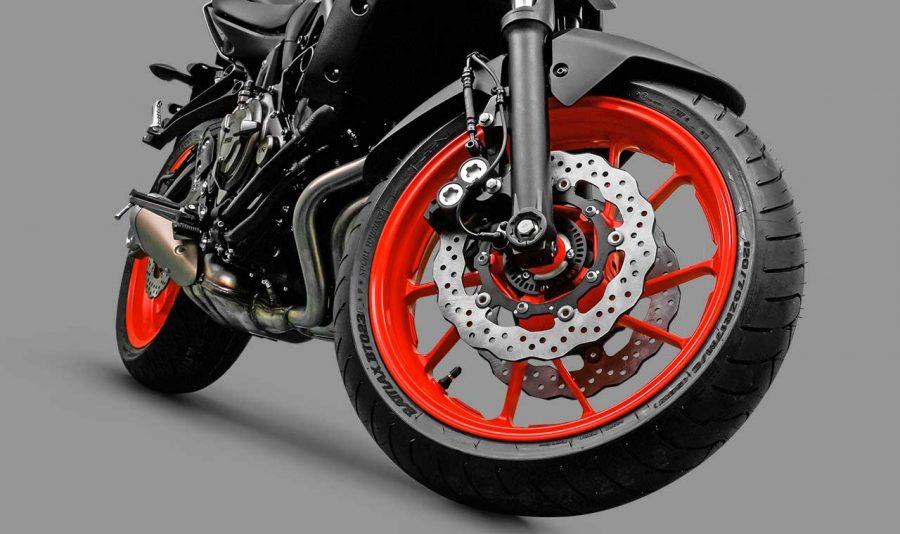 A MT-07 é equipada com sistema de freios a altura de sua performance. Formado por dois discos flutuantes de 282mm e pinças de 4 pistões cada na dianteira, um disco de 245mm e pinça simples na traseira, eles são potentes e equipados com ABS, que impedem o travamento das rodas em condições em que o piso oferece baixa aderência.