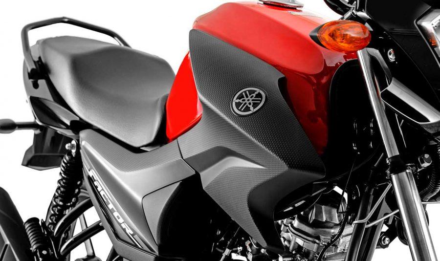 Design remodelado da 125 que segue a versão 150cc, compartilhando diversas Peças e Acessórios. Entre elas a Lanterna Bipartida, Tomadas de ar e tampas laterais com texturas hexagonais, Bagageiro, entre outros.