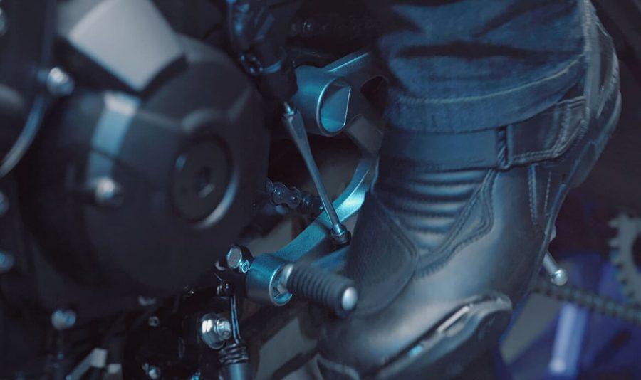 O sistema Quick Shift permite trocas de marchas ainda mais rápidas, apenas pressionando para cima o pedal do câmbio, sem a necessidade de acionar a embreagem a cada engate, e mantendo a rotação do motor sempre alta.