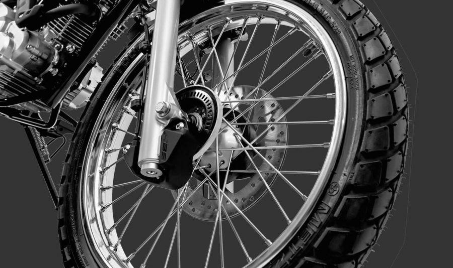 A primeira moto da categoria on/off até 160cc equipada com freio ABS de série, que evita o travamento da roda dianteira em frenagens bruscas ou em situações de piso com baixa aderência.
