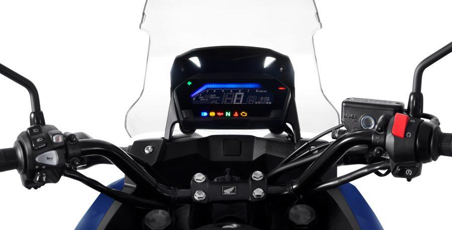 O painel de instrumentos agora conta com a nova função ECO, que além de auxiliar o piloto a reduzir o consumo do combustível, possibilita a personalização das cores emitidas. O painel também está com um LCD maior que melhora a visualização das informações da moto.