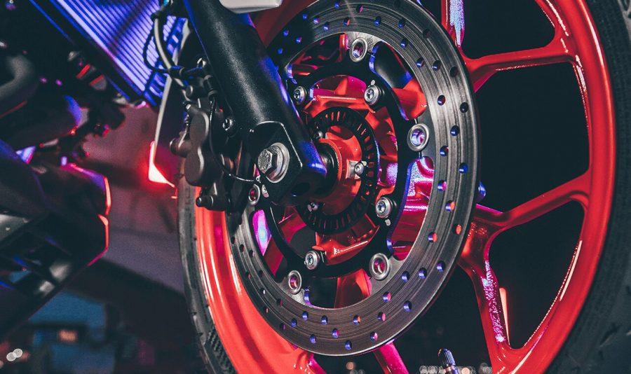A MT-03 tem um grande poder de frenagem, o que lhe permite parar em espaços curtos. Ela oferece como item de série, o sistema de freios ABS nas duas rodas, que impede com que as rodas travem quando o piso oferecer baixa aderência, como em dias chuvosos ou asfalto sujo. Pontos a favor da segurança!