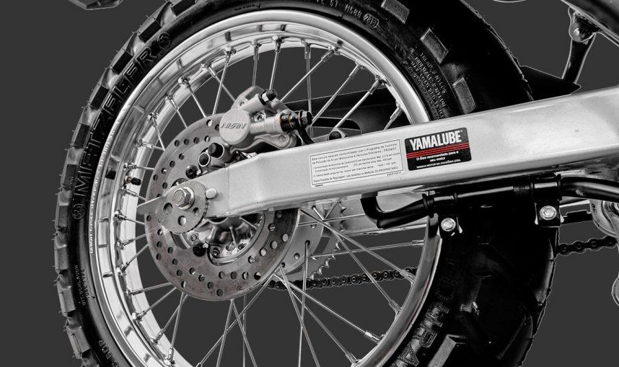 O novo freio a disco traseiro garante maior poder de frenagem, além de contribuir para a segurança do piloto.
