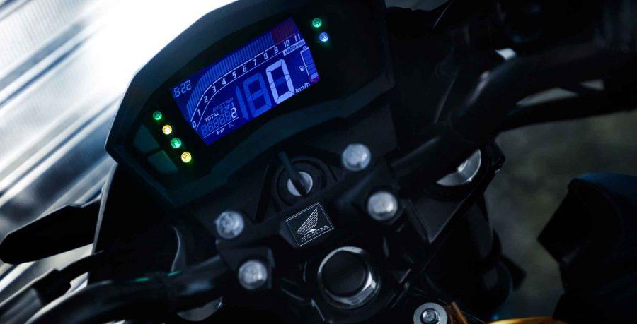 Moderno e inovador, o painel é totalmente digital e completo. Vem com velocímetro, hodômetro total e parcial, marcador do nível de combustível, conta-giros, relógio, luzes espia e registra o consumo médio e instantâneo de combustível.