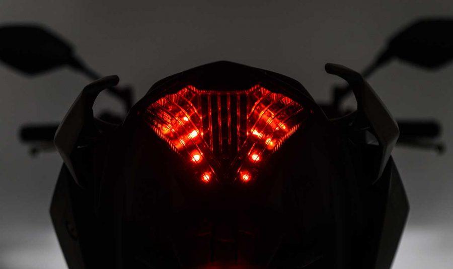 A eficiência da iluminação em LED também está presente na lanterna traseira da MT-03, garantindo maior segurança e beleza.