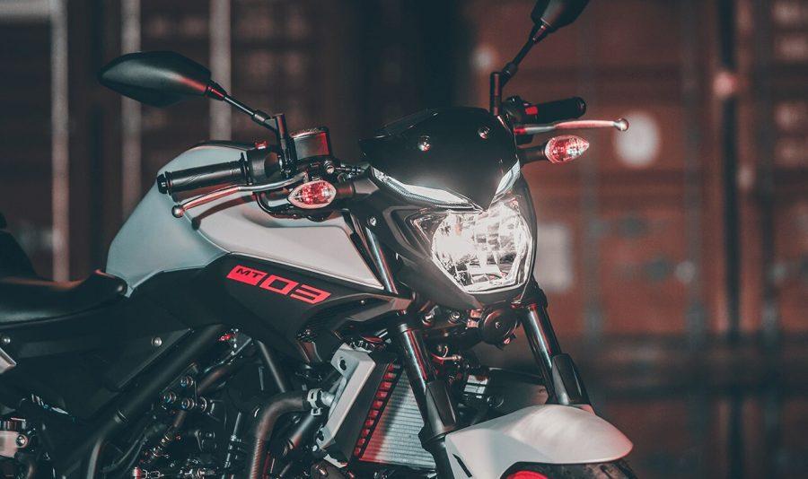 Na pilotagem noturna, tão importante quanto ver, é ser visto. Além do farol eficiente, a MT-03 conta com luzes de posição em LED, que oferecem maior poder de iluminação, garantindo maior segurança e ainda conferindo maior sofisticação e beleza ao modelo.