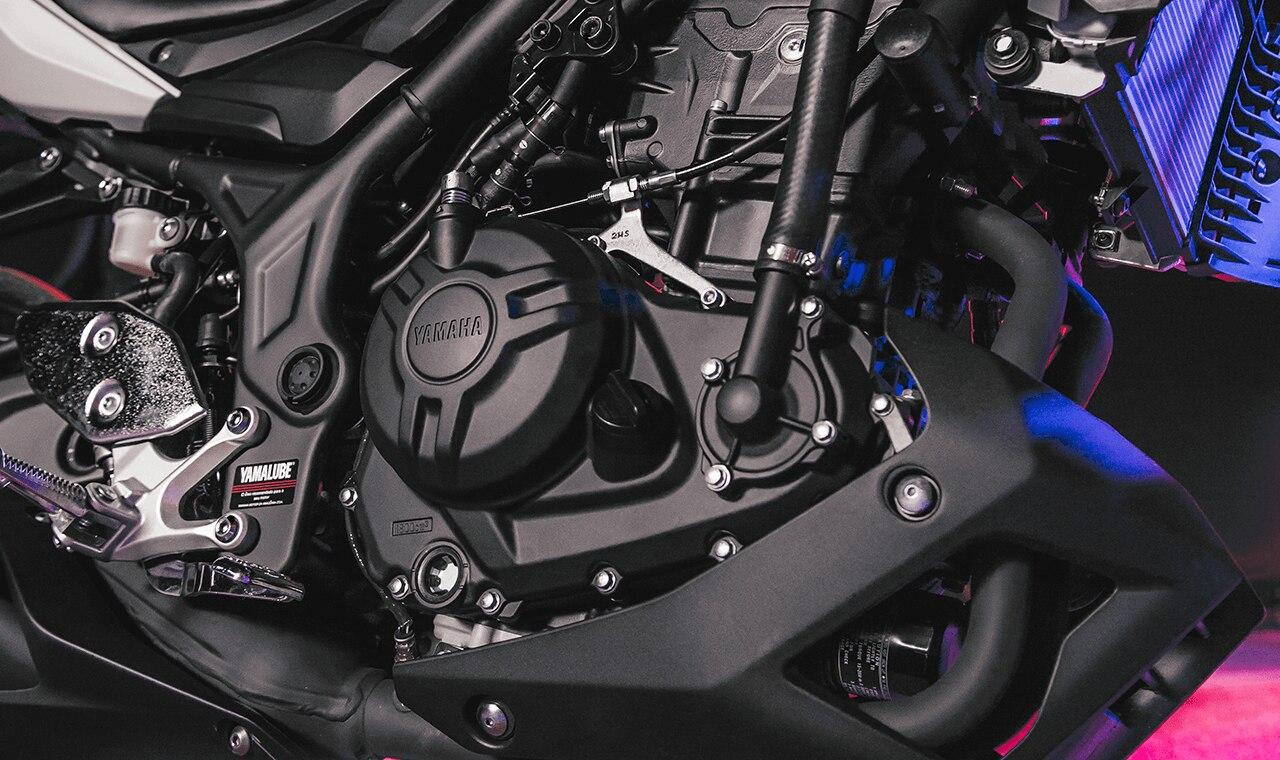 """A MT-03 carrega o DNA """"Master of Torque"""", que na prática pode ser sentido nas respostas de seu motor bi cilíndrico com 321 cc com potência e torque máximo de 42 cv a 10.750 rpm e 3,00 kgf.m a 9.0000 rpm respectivamente."""