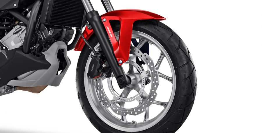 Os freios ABS evitam o travamento das rodas em frenagens mais bruscas, proporcionando maior segurança e equilíbrio ao piloto.