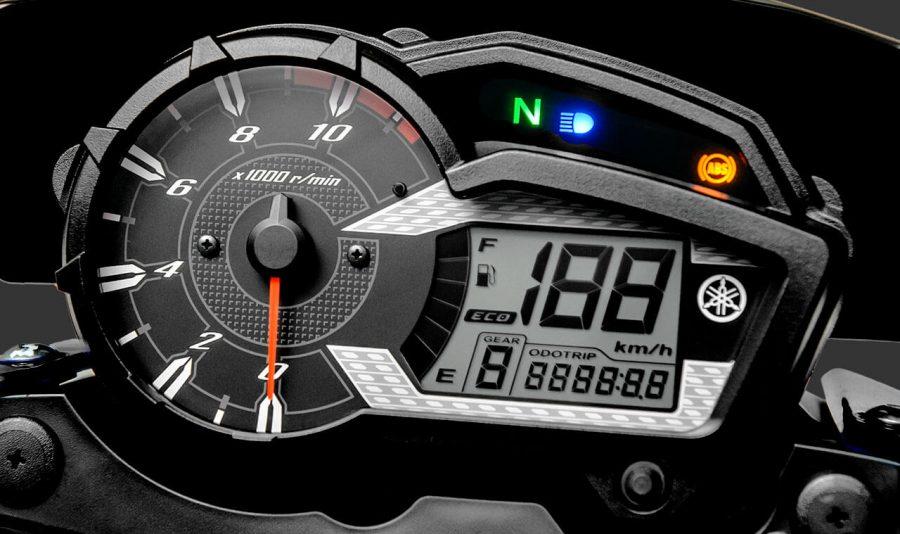O painel da Crosser S é o mais completo da categoria, possui contas giros analógico e visor LCD digital, indicador de marcha e marcador de combustível, relógio, velocímetro, fuel trip, relógio hodômetro parcial e total. Além da função ECO, que auxilia na pilotagem focada na economia de combustível.