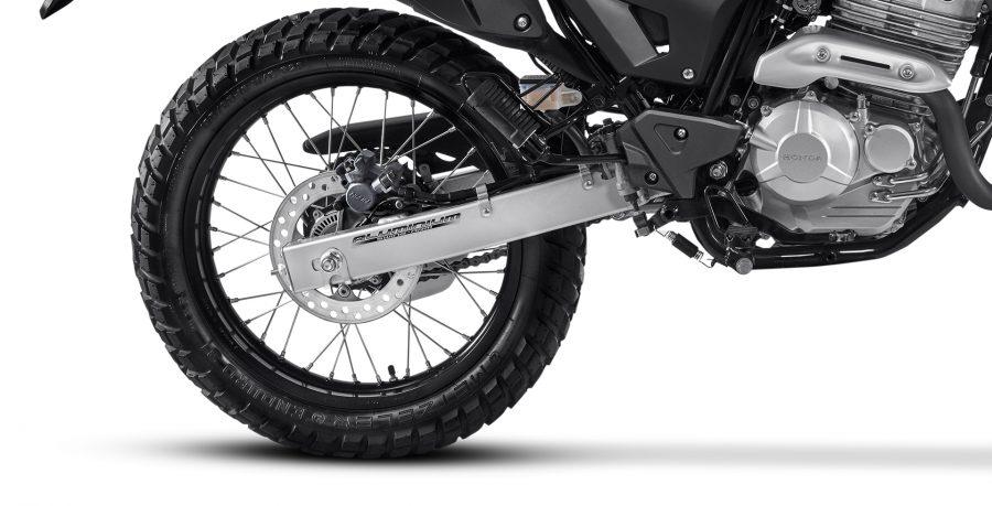 A Honda XRE 300 possui freios ABS que oferecem frenagens precisas e mais seguras, evitando o travamento das rodas em situações mais bruscas