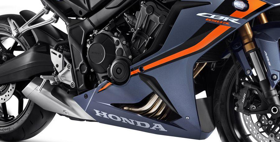 O musculoso motor de 4 cilindros da CBR 650R é calibrado para entregar mais torque e potência em todas as faixas de rotação, garantindo alta performance ao pilotar.